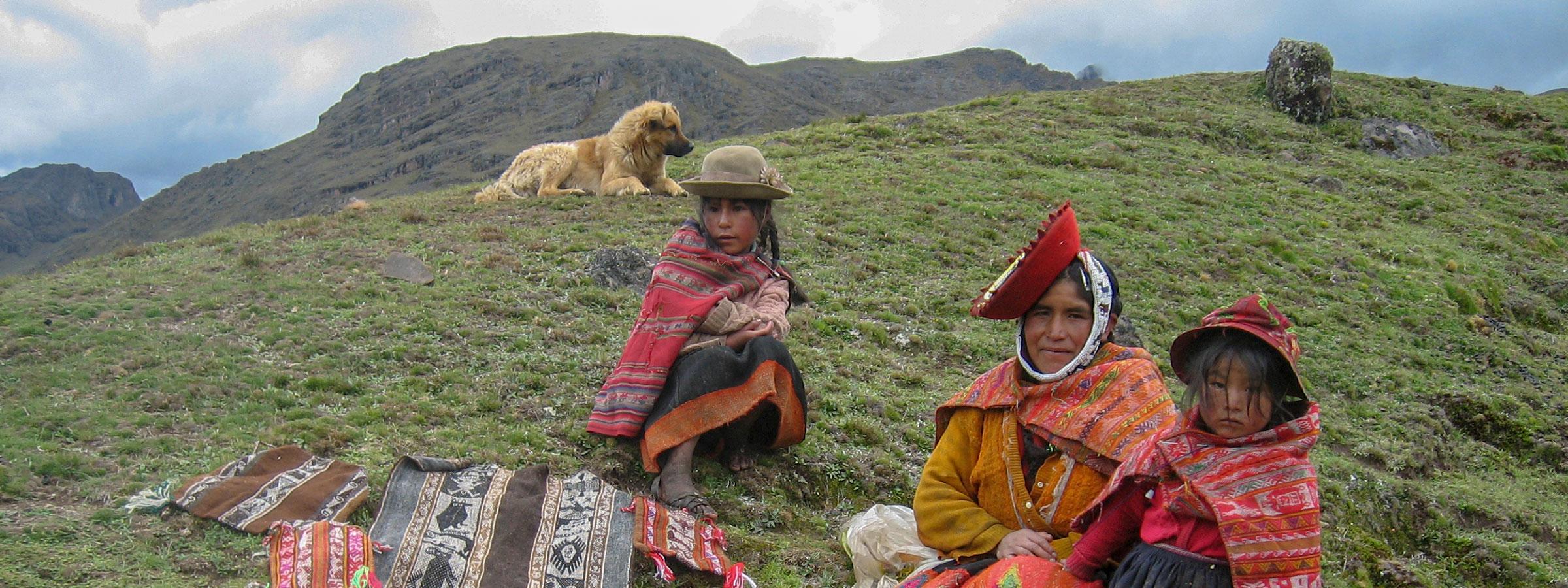 El Lares Trek es una caminata fuera de lo común que comienza cerca del pueblo de Lares, a 40 millas al norte de Cusco y 35 millas al sureste de Machu Picchu. La caminata se realiza en el Valle de Lares, al este de la cordillera del Urubamba, que atraviesa parte del Valle Sagrado.